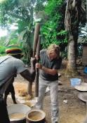 Rijst stampen -boven suriname